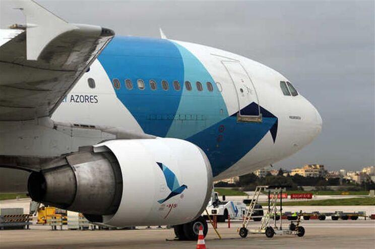 Avião da SATA regressa à Terceira após embate de ave em reator