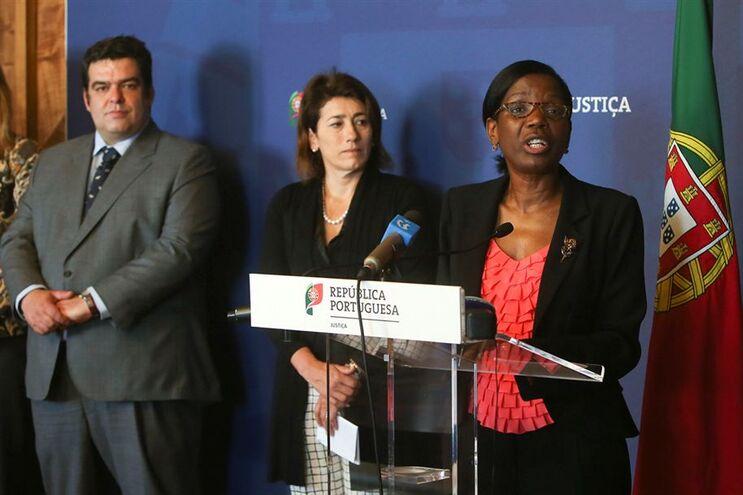 A ministra da Justiça, Francisca Van Dunem (à direita), a ministra da Administração Interna, Constança