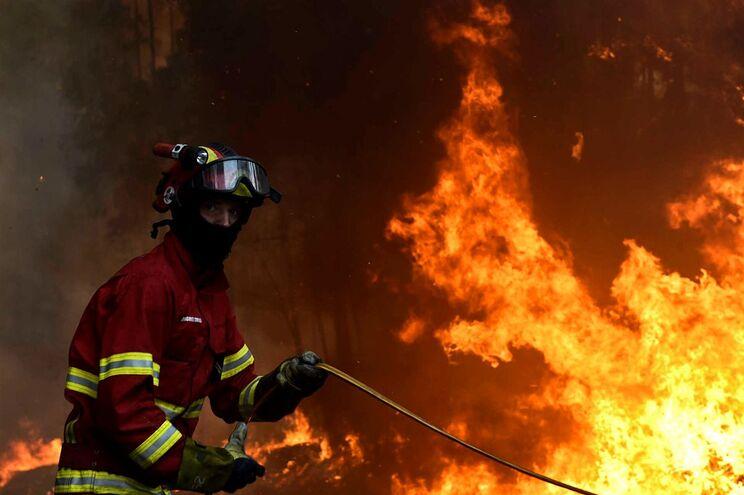 Há milhares de bombeiros a combater as chamas, esta terça-feira