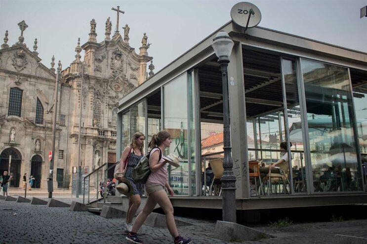 Esplanadas da Praça de Parada Leitão foram construídas sem a devida autorização do Igespar