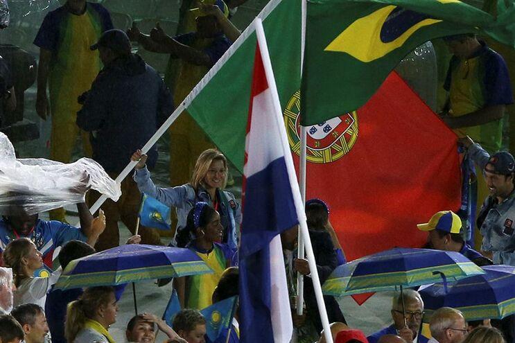 Telma Monteiro com a bandeira de Portugal na cerimónia de encerramento