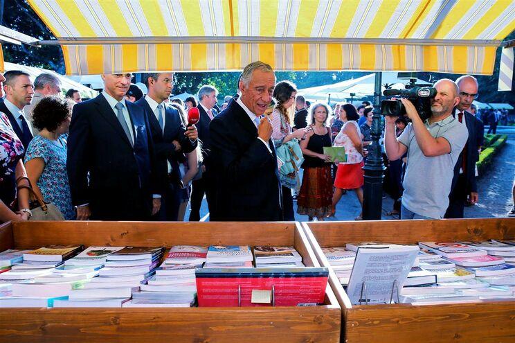 O Presidente da República durante um passeio pela Festa do Livro de Belém