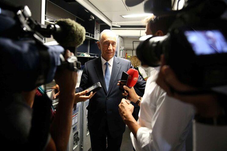O Presidente da República, Marcelo Rebelo de Sousa, falou aos jornalistas durante o voo para Nova Iorque
