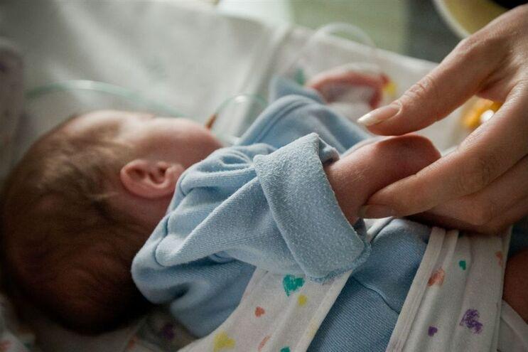Hospital diz que contacto entre pai e filho obriga à presença de um membro do staff