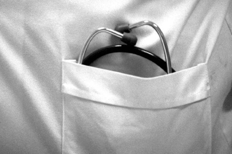 """Médicos denunciam """"imoral pressão"""" para não passar exames"""