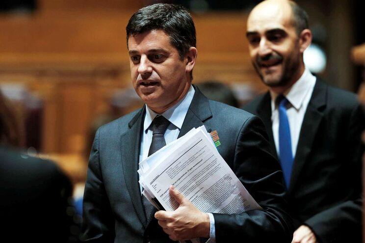 O ministro da Economia Manuel Caldeira Cabral (esquerda)