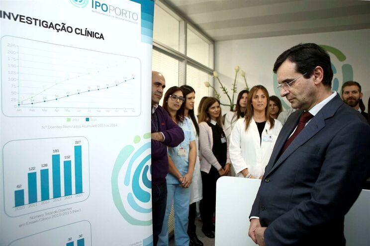 Adalberto Campos Fernandes, ministro da Saúde, durante uma visita o Instituto Português de Oncologia