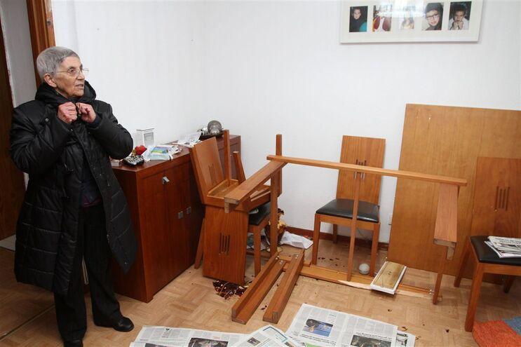 Palmira Gomes mostra os móveis destruídos