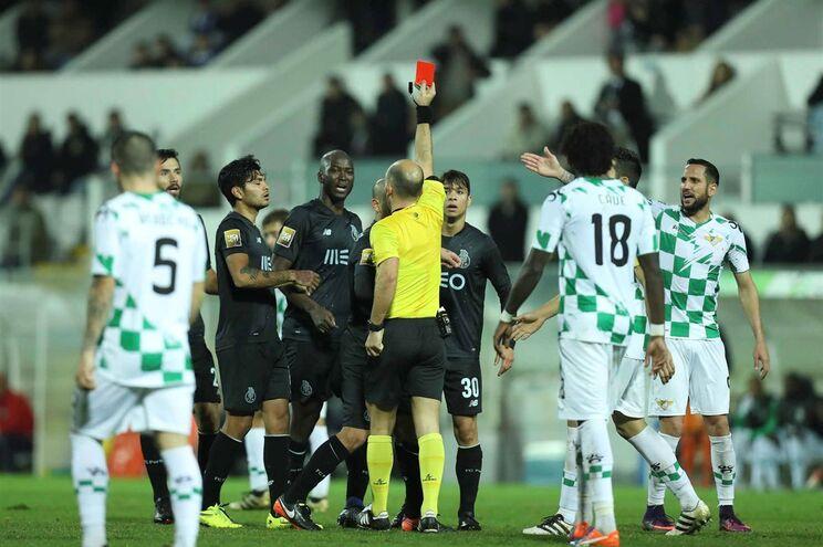 Luis Godinho mostra vermelho a Danilo Pereira