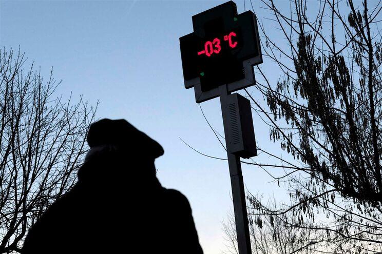 Um popular observa um quadro eletrónico que mostra três graus negativos em Viseu