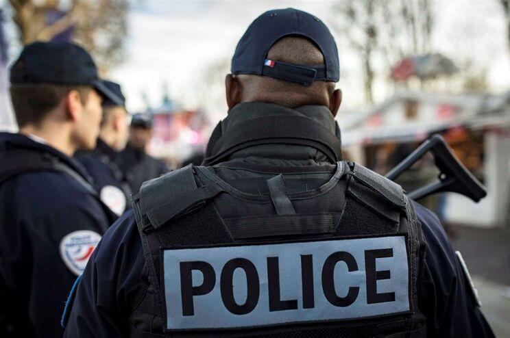 Polícia francesa acusada de agressões e violação de um jovem detido