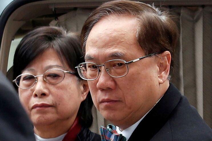 Donald Tsang à chegada ao tribunal, acompanhado da mulher, Selina