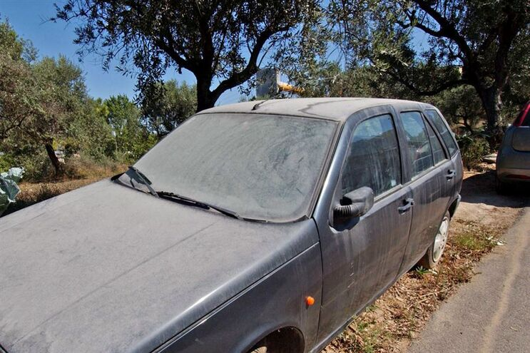 A deposição das poeiras à superfície é normalmente bem visível sobre os automóveis