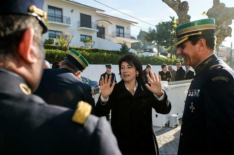 A ministra da Administração Interna, Constança Urbano de Sousa, cumprimenta militares da GNR