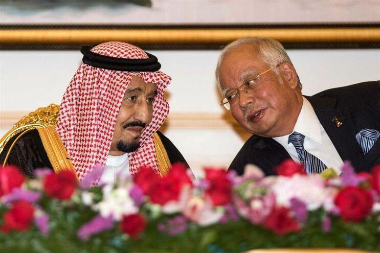 O rei saudita (à esquerda) com o primeiro-ministro da Malásia