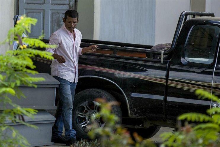Reynaldo Peralta Rodriguez a sair da morgue com o caixão da sua mulher, Vilma Trujillo