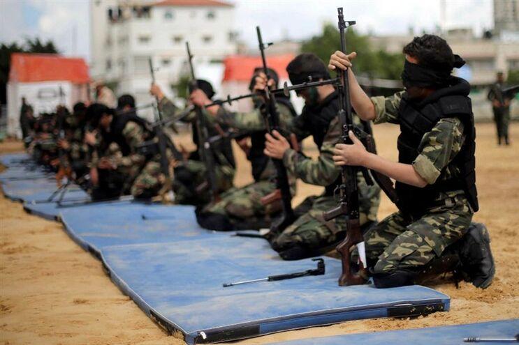 Palestinianos durante exercício miliar