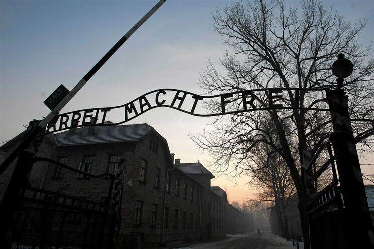 A entrada do campo de concentração de Birkenau, em Auschwitz