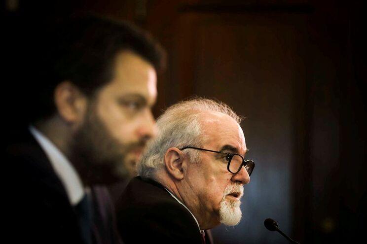 O ministro do Trabalho, Solidariedade e Segurança Social, Vieira da Silva (D), acompanhado pelo secretário