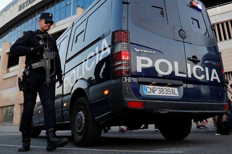 A polícia evitou a queda da criança de quatro anos