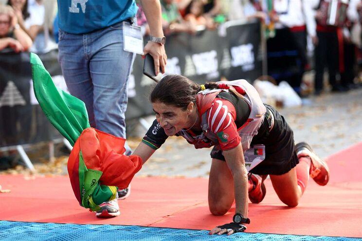 Sara Brito, a melhor classificada portuguesa no campeonato do mundo, em outubro, cruzou a meta de gatas