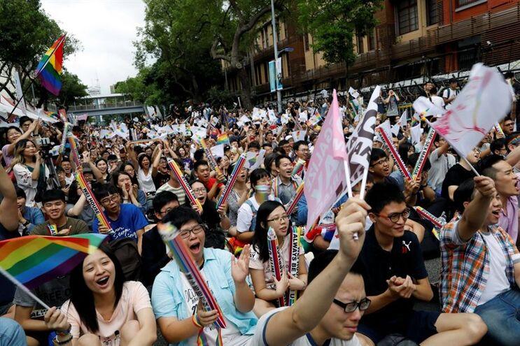 Celebração de cidadãos em Taipei após o Tribunal Constitucional de Taiwan legalizar o casamento homossexual