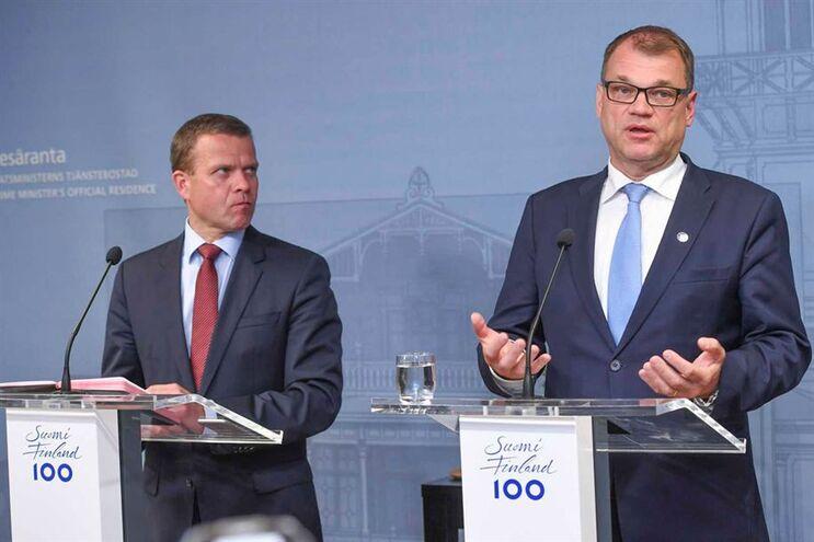 Líder conservador, Petteri Orpo, e o primeiro-ministro finlandês, Juha Sipilä
