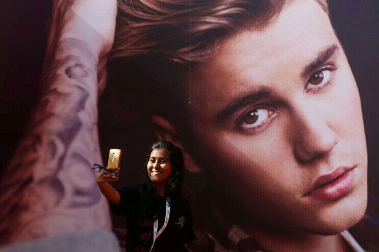 """Fã tira uma """"selfie"""" junto a um cartaz do cantor canadiano"""