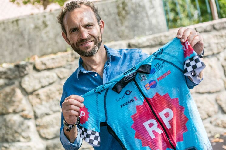 Rui Sousa exibe a camisola com que venceu a sexta etapa da Volta 2017,   em Fafe