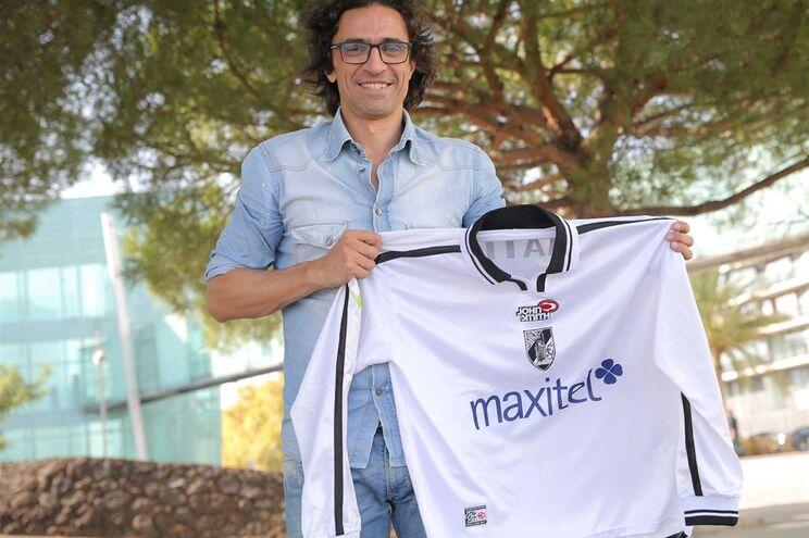 Rogério Matias, hoje comentador da BTV, com a camisola do jogo em que marcou dois golos: um na baliza