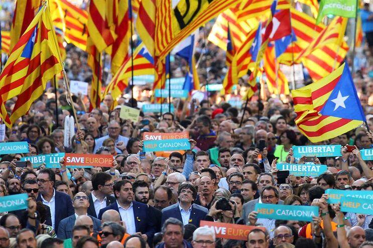 Grande manifestação em Barcelona no dia em que Madrid decidiu recorrer ao artigo 155 da Constituição
