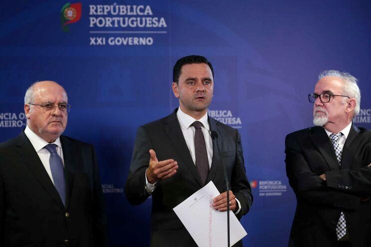 O ministro do Planeamento e das Infraestruturas, Pedro Marques (C) acompanhado do ministro da Agricultura