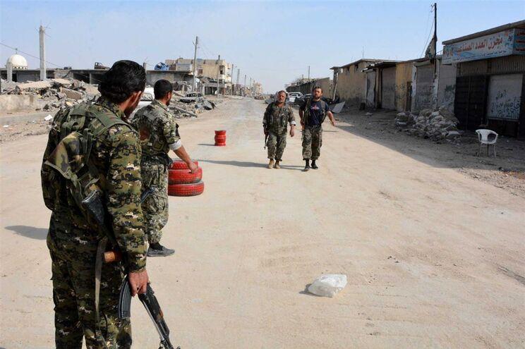 Tropas e conselheiros americanos apoiam as Forças Democráticas da Síria (FDS)