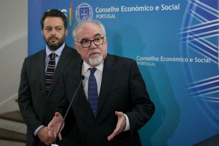 O ministro do Trabalho, Vieira da Siva, com o secretário de Estado da Segurança Social, Miguel Cabrita