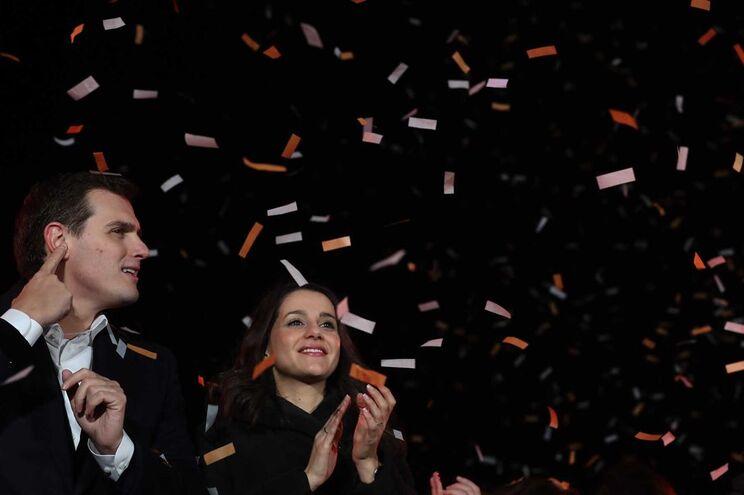 O líder do Cidadãos, Albert Rivera, ao lado da vencedora das eleições na Catalunha, Ines Arrimadas