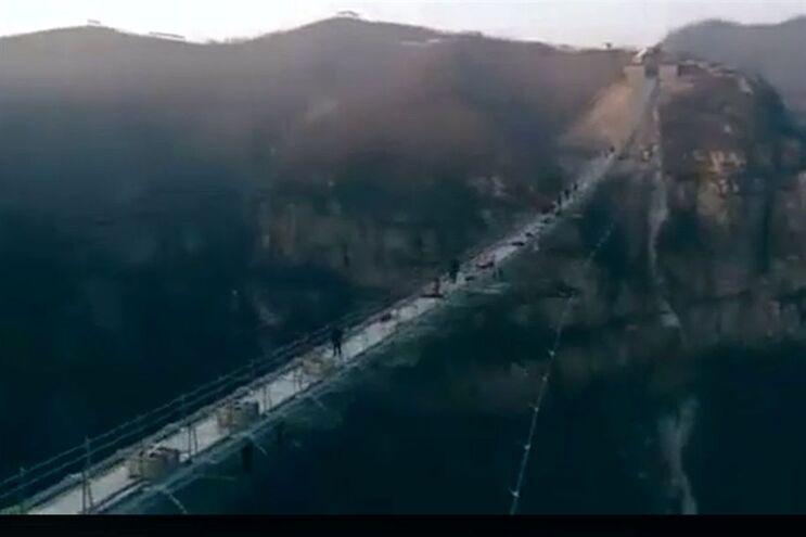 Ponte tem 488 metros de comprimento e está suspensa a 218 metros de altura