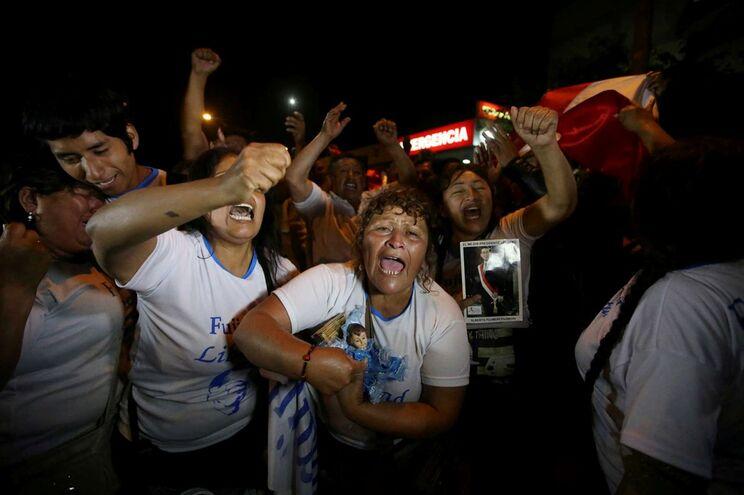 Grupo de simpatizantes de Fujimori concentrou-se frente à clínica onde o ex-presidente está hospitalizado