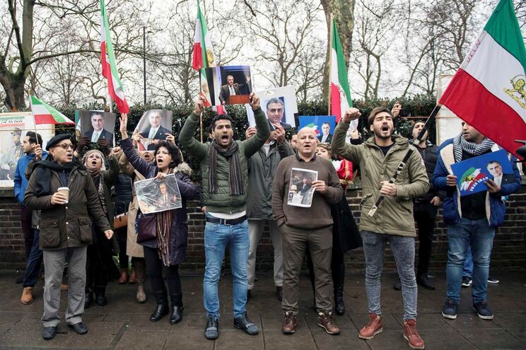 Protesto em frente à embaixada iraniana em Londres
