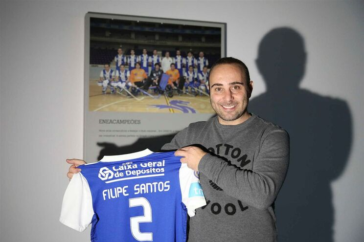 Filipe Santos, ex-hoquista do F. C. Porto, com a camisola usada no último jogo da carreira
