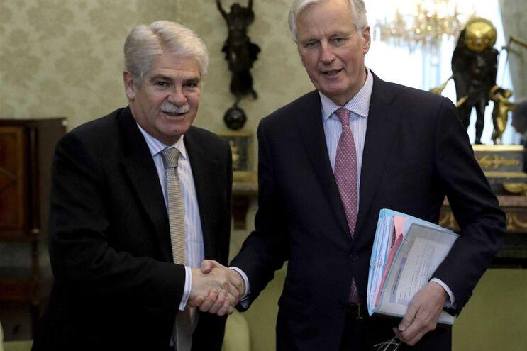 O ministro espanhol Alfonso Dastis e o negociador chefe da UE para o Brexit, Michel Barnier