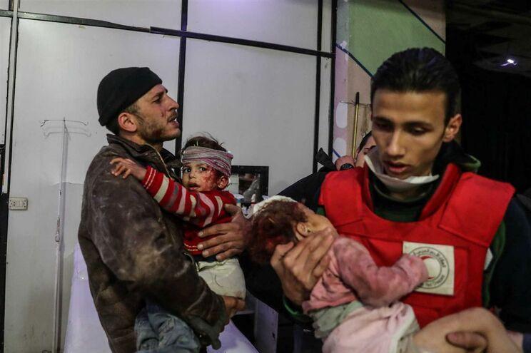 Há várias crianças entre os feridos e mortos deste ataque atribuído ao regime sírio