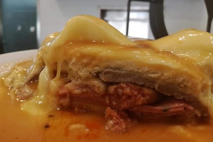 Francesinha com queijo da serra à prova em Gouveia