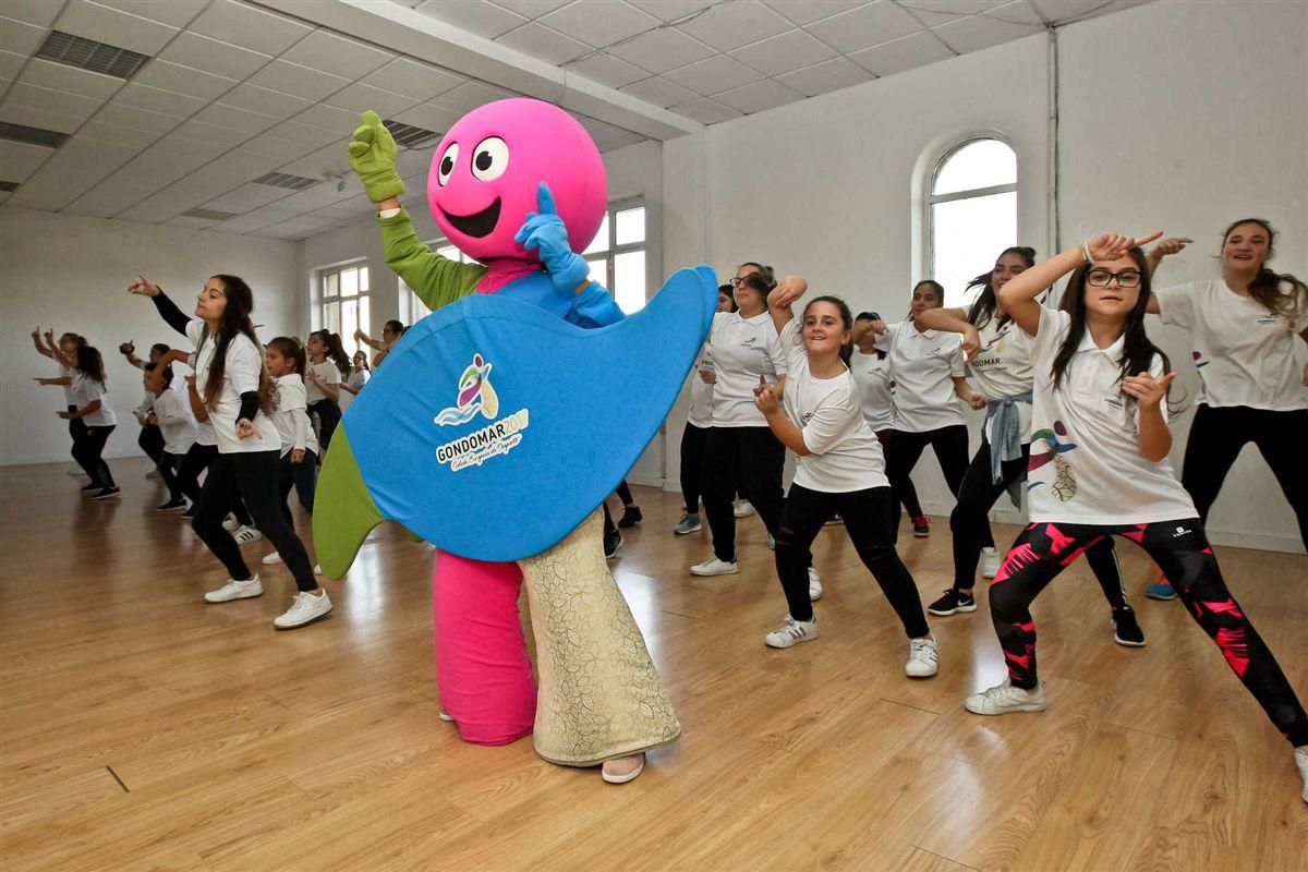 A 'CED' mascote da Cidade Europeia do Desporto ensaia com as jovens