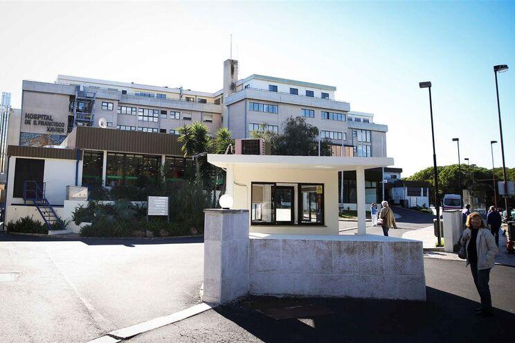 Criança foi transferida para o Hospital São Francisco Xavier, em Lisboa