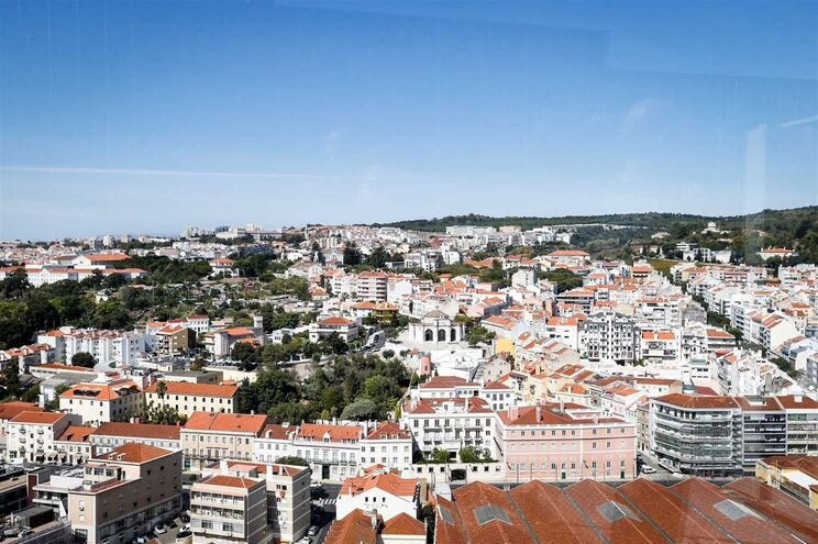 Em causa está uma taxa de 7 euros por metro quadrado no concelho de Lisboa, 5€/m2 no Porto e 4€/m2 no
