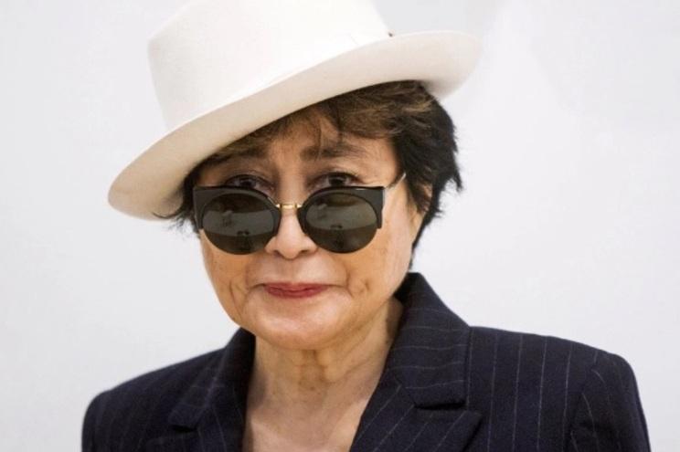 Yoko Ono tem 86 anos