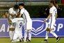 Suk acarinhado pelos colegas após o golo decisivo