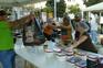 Voluntários trabalham em quiosque de nove metros quadrados no Martim Moniz
