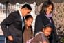 Fevereiro de 2009: Casal Obama com as filhas Malia e Sasha