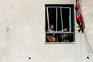 Palestinianos em apartamento danificado pelos bombardeamentos de sexta-feira, em Gaza